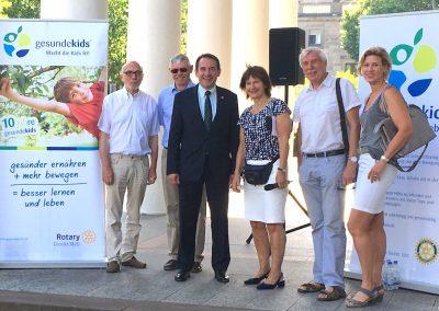 Glückliche Veranstalter mit Kultusminister und Stadtrat