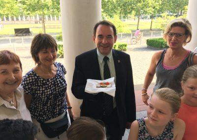 Auch Kultusminister Lorz genießt ein Pausenbrot